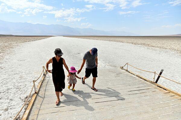 Návštěvníci Národního parku Údolí smrti, Kalifornie, USA. - Sputnik Česká republika