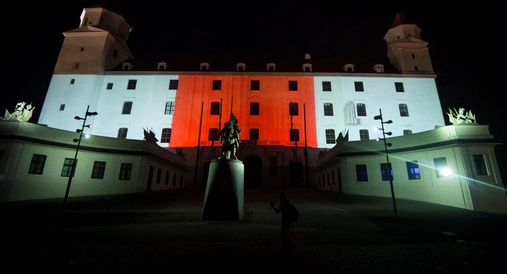 Slovensko pokračuje v podpoře běloruských demonstrantů. Na bílo-červeno byl nasvícen i Bratislavský hrad.