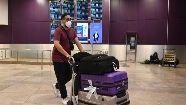Cestující na mezinárodním letišti Barajas v Madridu - Sputnik Česká republika