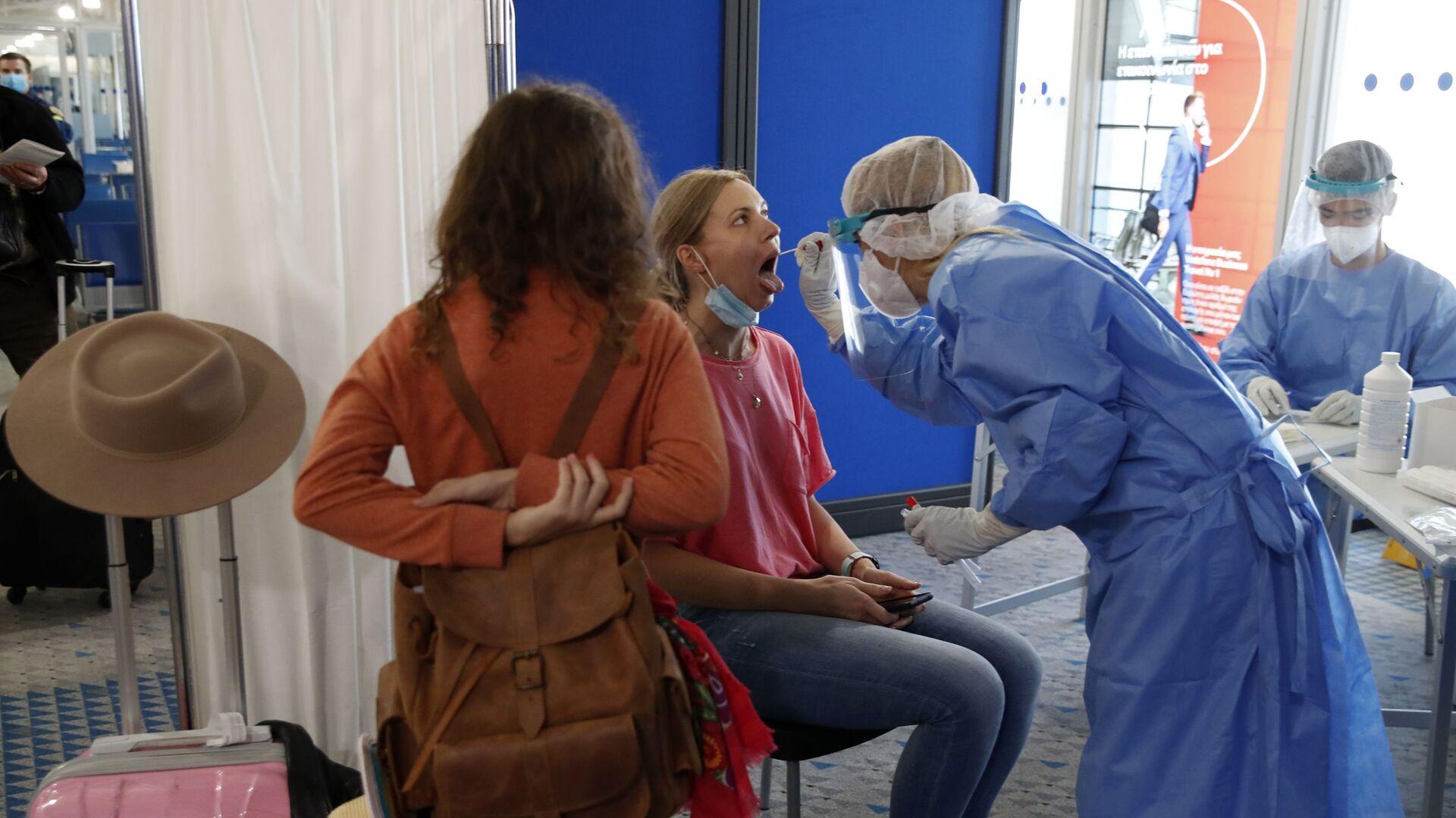 Прибывшую из Катара пассажирку тестируют на коронавирус в международном аэропорту Элефтериос Венизелос в Афинах - Sputnik Česká republika, 1920, 29.06.2021