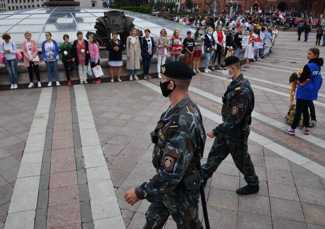 Policejní síly dohlížejí na demonstraci (23. 08. 2020)