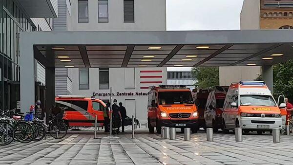 Sanitky u nemocnice Charité v Berlíně, do níž byl převezen Alexej Navalnyj - Sputnik Česká republika