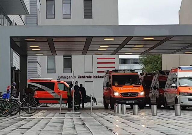 Sanitky u nemocnice Charité v Berlíně, do níž byl převezen Alexej Navalnyj