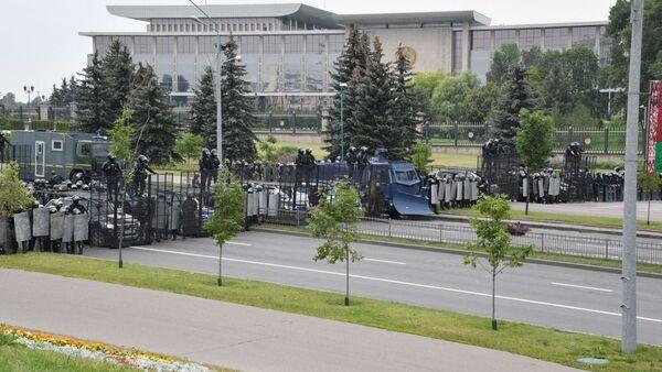 Těžkooděnci blokují přístupové cesty k Paláci nezávislosti, kde se nachází rezidence běloruského prezidenta - Sputnik Česká republika