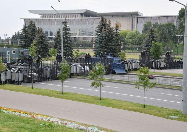ОМОН и спецтранспорт преградил проспект перед Дворцом Независимости