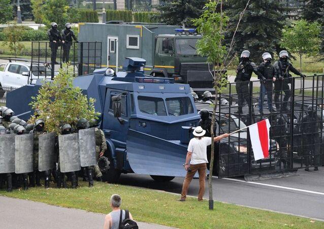 Těžkooděnci zablokovali přístupové cesty k Paláci nezávislosti, kde se nachází rezidence běloruského prezidenta
