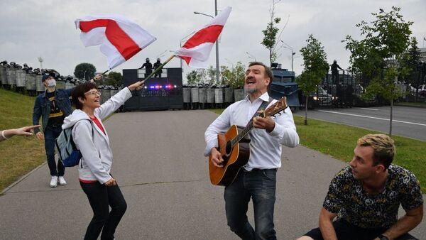 Demonstranti uspořádali před těžkooděnci u prezidentovy rezidence koncert (23. 8. 2020) - Sputnik Česká republika