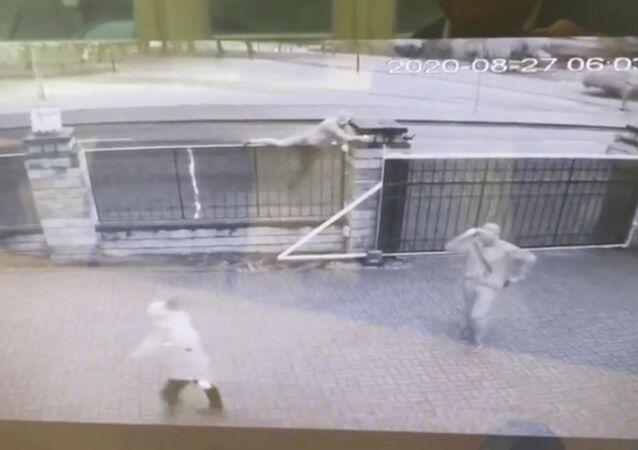 Záběr útoku na libyjskou ambasádu v Minsku