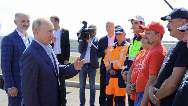 Vladimir Putin hovoří s dělníky, kteří se podíleli na výstavbě Tavridy - Sputnik Česká republika