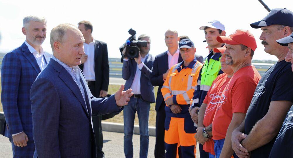 Vladimir Putin hovoří s dělníky, kteří se podíleli na výstavbě Tavridy