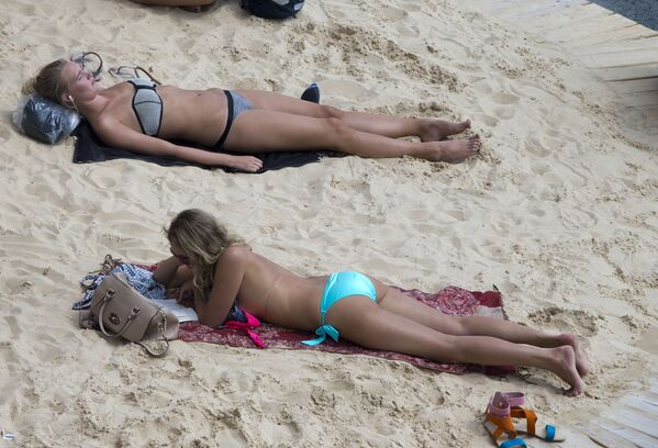 Turisté a Pařížané odpočívají na břehu Seiny - Sputnik Česká republika