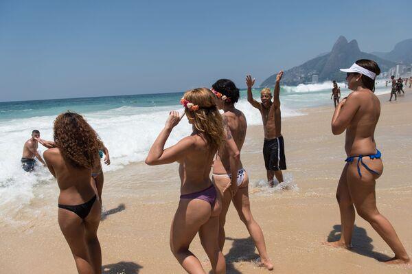 Dívky na pláži v Rio de Janeiru - Sputnik Česká republika