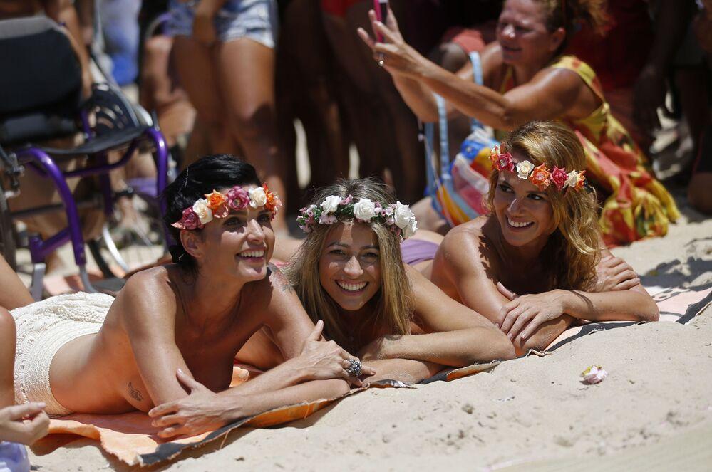 Dívky nahoře bez na pláži v Rio de Janeiru