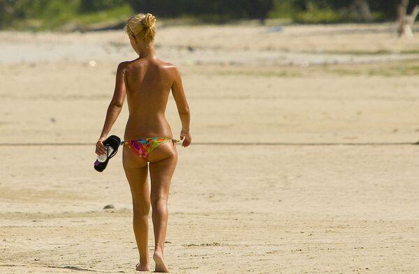 Žena jde po pláži nahoře bez - Sputnik Česká republika