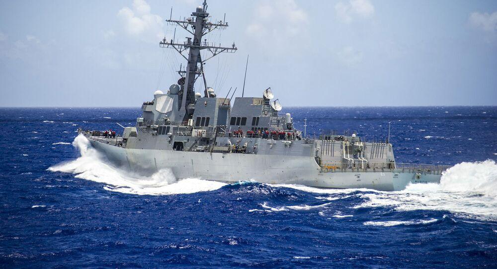 Americký torpédoborec USS Mustin (DDG-89).