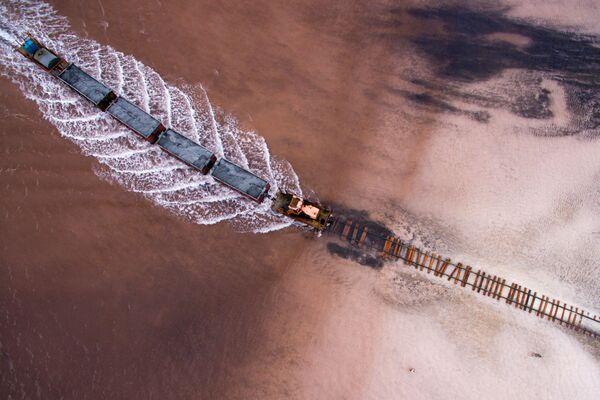 Solné jezero Burlinskoje v Slavgorodské oblasti v Altajském kraji v Rusku. Na jezeře se provádí komerční těžba soli, pro kterou byla podél dna jezera položena železnice. - Sputnik Česká republika