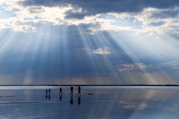 Lidé na solném jezeře Burlinskoje v Slavgorodské oblasti v Altajském kraji v Rusku. - Sputnik Česká republika