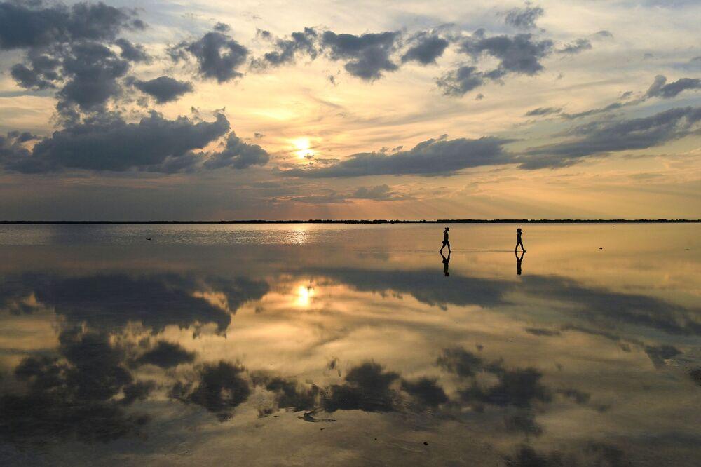 Lidé na solném jezeře Burlinskoje v Slavgorodské oblasti v Altajském kraji v Rusku.