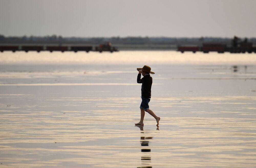 Člověk na solném jezeře Burlinskoje v Slavgorodské oblasti v Altajském kraji v Rusku.
