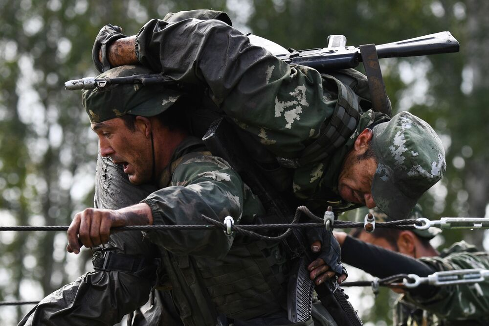 Vojáci Ozbrojených sil Uzbekistánu během soutěže v rámci mezinárodních armádních her ARMY 2020
