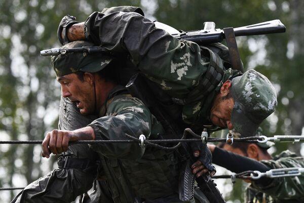 Vojáci Ozbrojených sil Uzbekistánu během soutěže v rámci mezinárodních armádních her ARMY 2020 - Sputnik Česká republika
