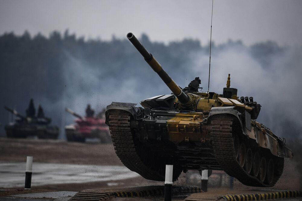 Tank T-72 týmu vojáků z Kazachstánu během soutěže tankových posádek v rámci soutěže Tankový biatlon na cvičišti Alabino v Moskevské oblasti