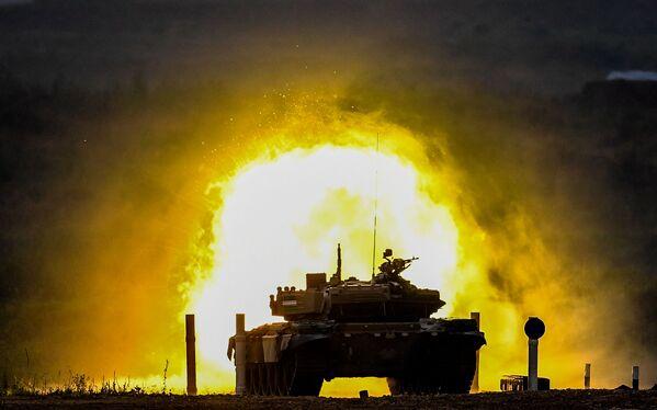 Tank T-72 týmu vojáků z Uzbekistánu během soutěže tankových posádek v rámci soutěže Tankový biatlon na cvičišti Alabino v Moskevské oblasti - Sputnik Česká republika