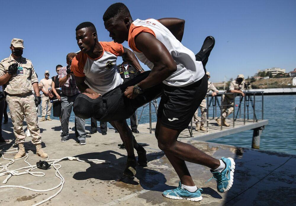 Vojáci z Mosambiku během soutěže v rámci her ARMY 2020 v Sevastopolu
