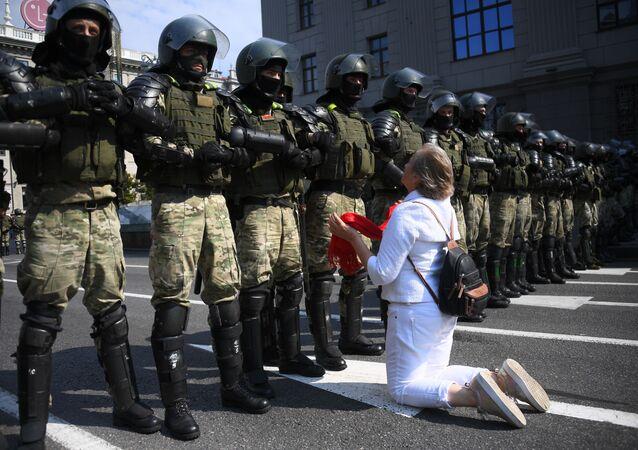 Účastnice nedělní protestní akce v Minsku, třída Nezávislosti.