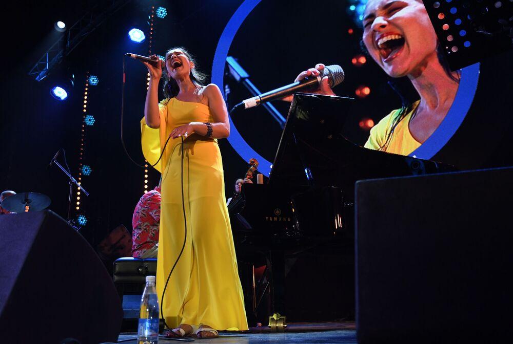Vokalistka souboru Esh Anna Klesun vystupuje na Mezinárodním jazzovém festivalu Koktebel Jazz Party - 2020 na Krymu.