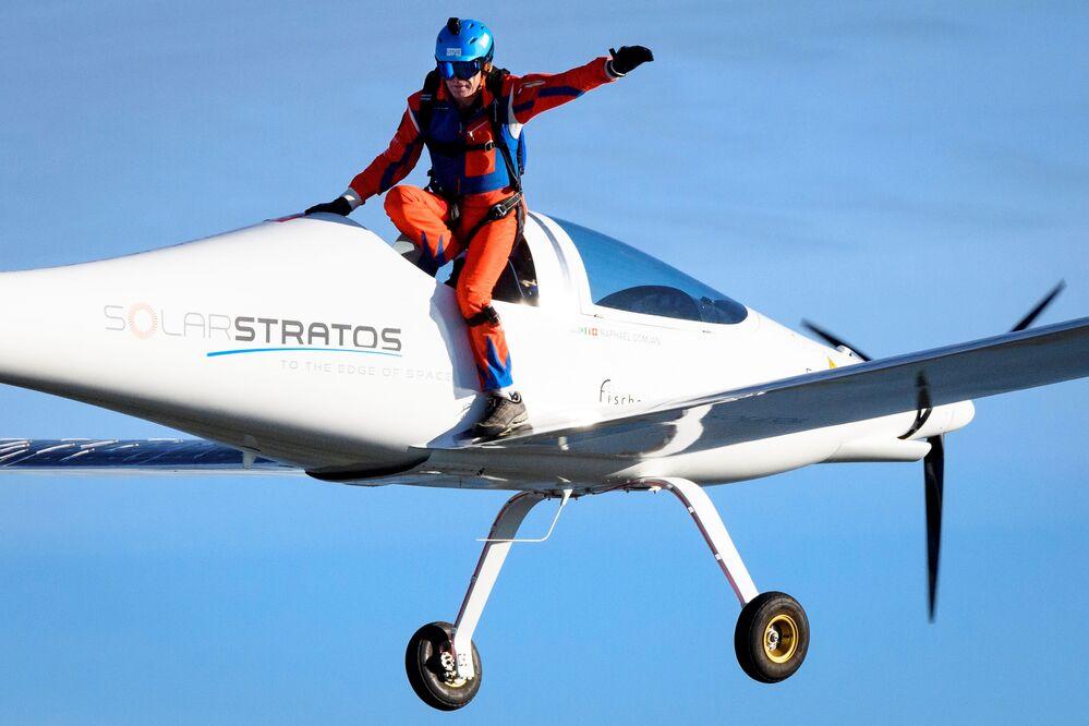 Švýcarský cestovatel Raphaël Domjan skočí z letadla SolarStratos se španělským zkušebním pilotem na palubě na leteckou základnu Payerne, Švýcarsko.