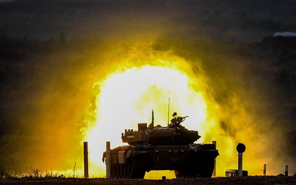 Tank T-72 během soutěže Tank Biathlon 2020 na cvičišti Alabino v Rusku