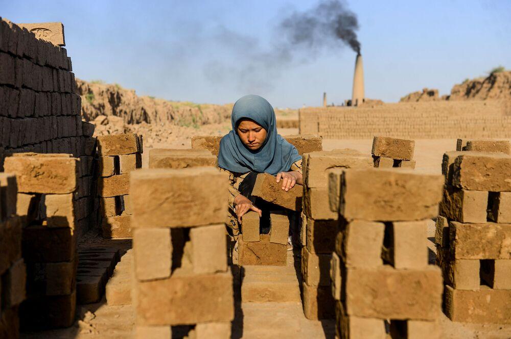 Mladá dívka pracuje v Heratu v Afghánistánu