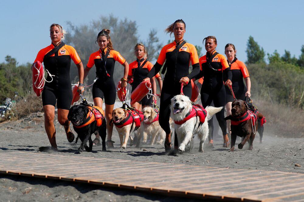 Skupina italských zachránkyň se svými psy na výcviku
