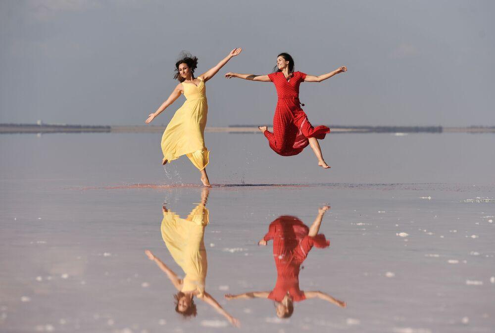 Modelky předvádějí oblečení v rámci módní přehlídky na jezeře Sasyk-Sivaš na Krymu