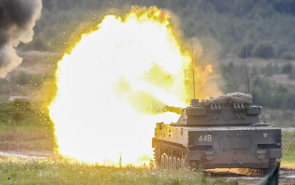 Ruský výsadkový tank 2S25 Sprut-SD provádí cvičné střelby na polygonu Alabino v Moskevské oblasti