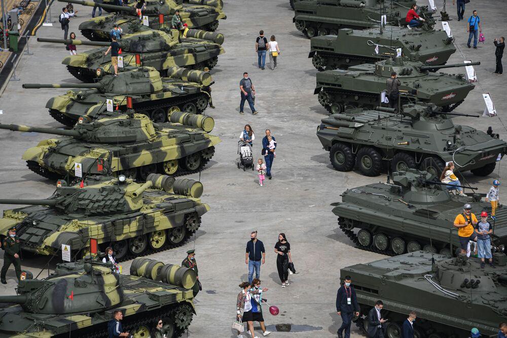Návštěvníci si prohlížejí těžkou techniku během Mezinárodního vojensko-technického fóra Armáda 2020 ve vojensko-patriotickém parku Patriot