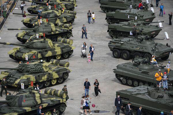 Návštěvníci si prohlížejí těžkou techniku během Mezinárodního vojensko-technického fóra Armáda 2020 ve vojensko-patriotickém parku Patriot - Sputnik Česká republika