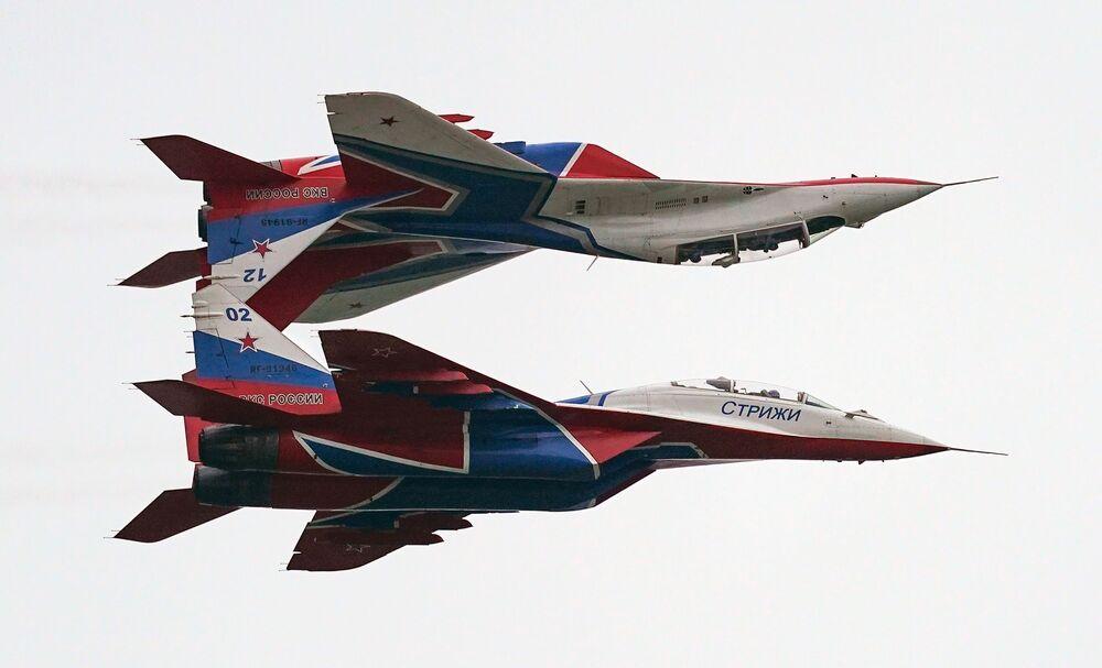 Akrobaté předvádějí své triky na stíhačkách MiG-29 v rámci Mezinárodního vojensko-technického fóra Armáda 2020 na letišti Kubinka nedaleko Moskvy
