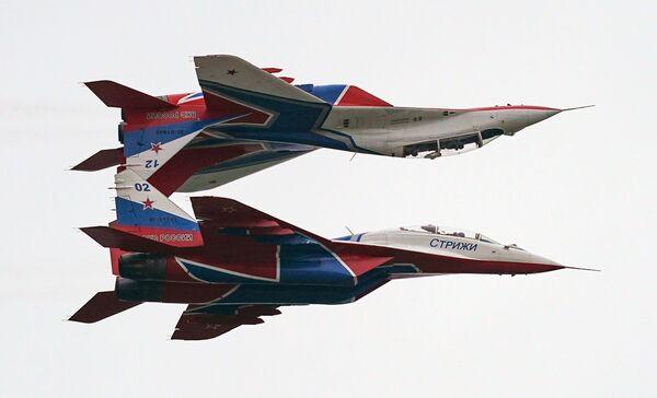 Akrobaté předvádějí své triky na stíhačkách MiG-29 v rámci Mezinárodního vojensko-technického fóra Armáda 2020 na letišti Kubinka nedaleko Moskvy - Sputnik Česká republika
