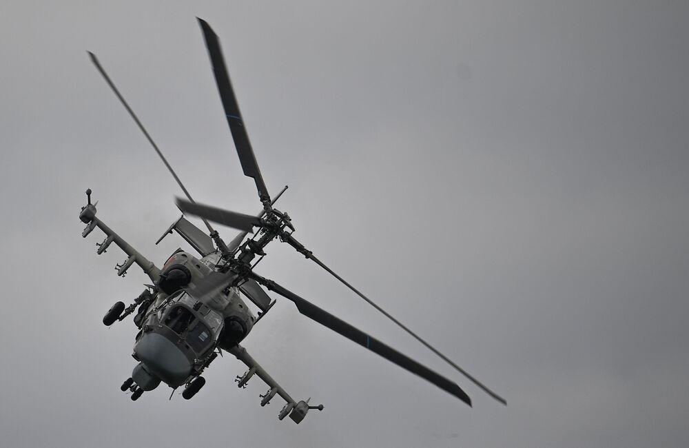 Bitevní vrtulník Kamov Ka-52 Alligator provádí ukázkový let v rámci Mezinárodního vojensko-technického fóra Armáda 2020 na letišti Kubinka nedaleko Moskvy