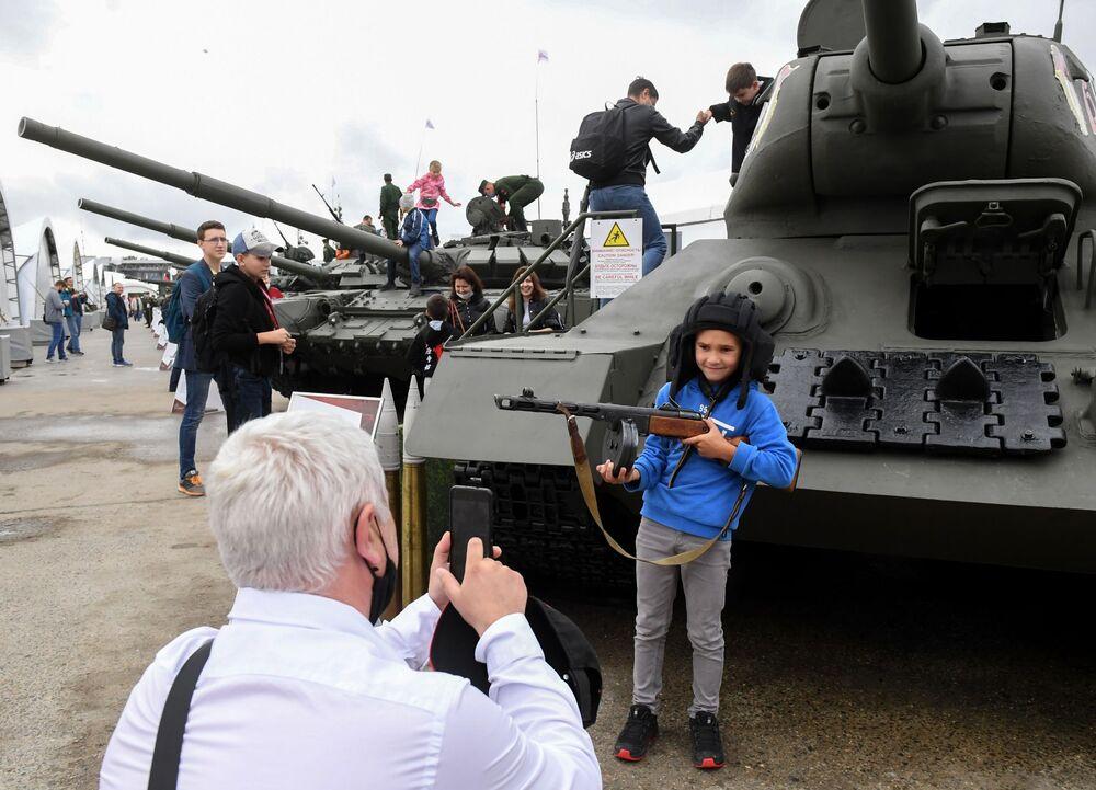Návštěvníci se fotí před tankem T-34 na Mezinárodním vojensko-technickém fóru ARMY 2020 ve vojensko-patriotickém parku Patriot