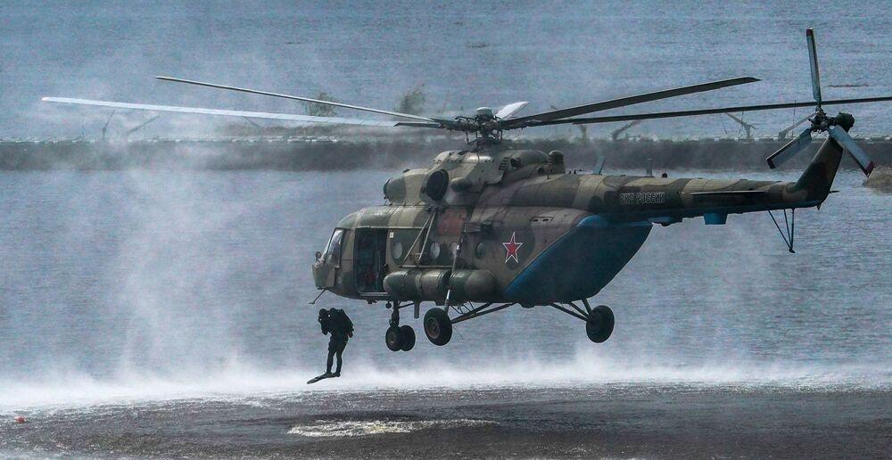 Výsadkáři opouštějí vrtulník Mi-8 na polygonu Alabino v Moskevské oblasti.