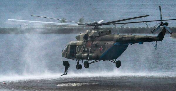 Výsadkáři opouštějí vrtulník Mi-8 na polygonu Alabino v Moskevské oblasti. - Sputnik Česká republika