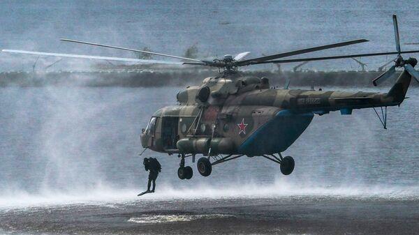 Военнослужащие десантируются из вертолета Ми-8 в ходе демонстрационной программы военной техники в рамках Международного форума Армия-2020 - Sputnik Česká republika