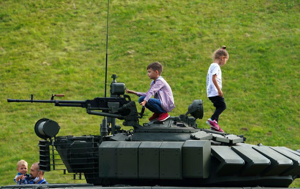 Děti si hrají se zbraněmi