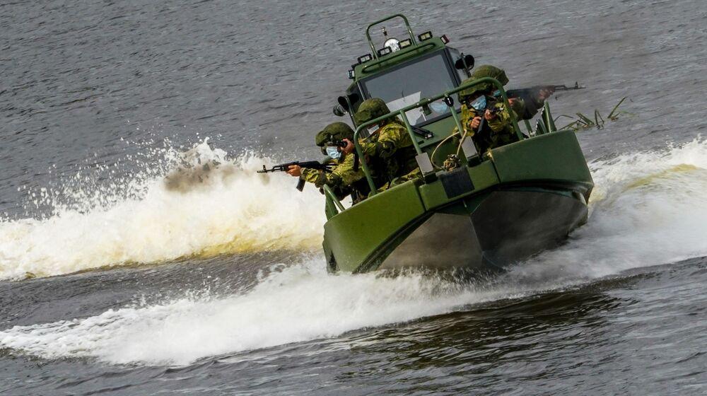 Vojáci na motorovém člunu předvádějí své umění
