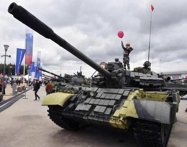 Malá návštěvnice se vyšplhala na tank - Sputnik Česká republika