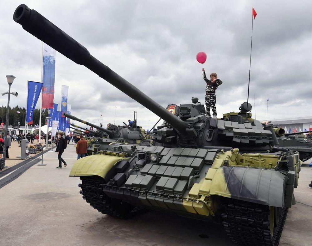 Malá návštěvnice se vyšplhala na tank