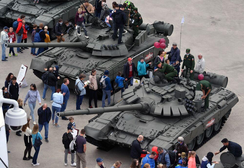 Návštěvníci si zblízka prohlížejí ruské tanky